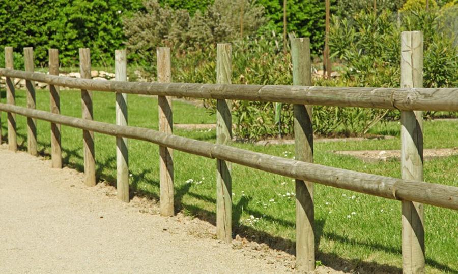 Pali per recinzioni pali di legno gorza s r l for Recinzioni in legno per giardino